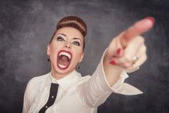 Ilsken skrikig kvinna som ut pekar Royaltyfri Fotografi