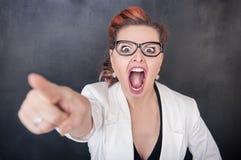 Ilsken skrikig kvinna som ut pekar royaltyfri foto