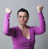 Ilsken 40-talkvinna som gör en gest visa henne ursinne Arkivfoton