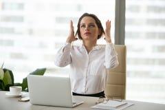 Ilsken tokig affärskvinnakänsla belastade på arbete som har nervöst royaltyfria foton