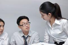 Ilsken ung asiatisk konflikt för affärskvinna med hennes kollega i regeringsställning Kris- och konfrontationaffärsidé arkivbilder