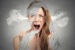 Ilsken ung kvinna som blåser ånga som kommer ut ur öron Arkivfoto