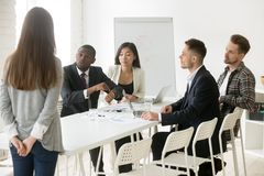 Ilsket afrikanskt framstickande som grälar på anställd för att vara sent på mötet arkivfoton