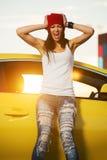 Ilsket anseende för trendig kvinna på bilen arkivbild