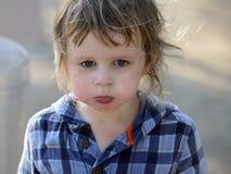 ilsket behandla som ett barn pojken Fotografering för Bildbyråer