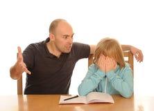 Fader som är ilsken med dottern   Arkivfoto