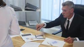 Ilsket framstickande med kvinnliga arbetare i kontoret stock video