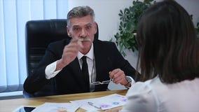 Ilsket framstickande med kvinnliga arbetare i kontoret långsam rörelse lager videofilmer