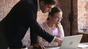 Ilsket framstickande som grälar på anställd för dåligt arbetsresultat på arbetsplatsen