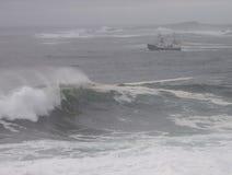 Ilsket hav och fiskebåt Royaltyfri Bild
