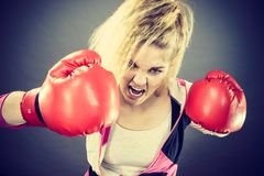 ilskna boxninghandskar som slitage kvinnan arkivbild