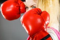 ilskna boxninghandskar som slitage kvinnan royaltyfri fotografi