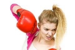 ilskna boxninghandskar som slitage kvinnan fotografering för bildbyråer