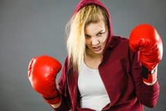 ilskna boxninghandskar som slitage kvinnan royaltyfri foto