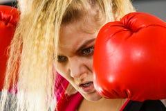 ilskna boxninghandskar som slitage kvinnan arkivfoto