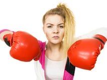 ilskna boxninghandskar som slitage kvinnan arkivfoton