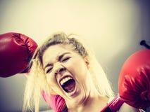 ilskna boxninghandskar som slitage kvinnan arkivbilder