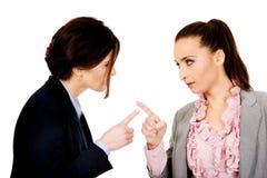 Ilskna businesswomans som pekar på de royaltyfria foton