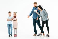 Ilskna föräldrar som hemma grälar på deras barn royaltyfri foto