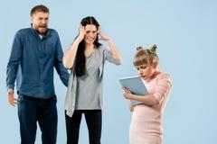 Ilskna föräldrar som hemma grälar på deras dotter fotografering för bildbyråer