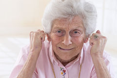 Ilskna för ståendedanande för gammal kvinna nävar Arkivfoton