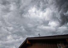 Ilskna moln över ett hus arkivfoto