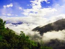 Ilskna moln över område av berg Arkivbild