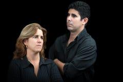 Ilskna och ledsna par som isoleras på svart fotografering för bildbyråer