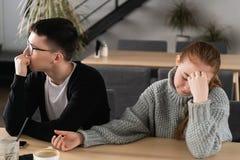 Ilskna olyckliga unga par som ignorerar att inte se de efter familjkamp eller, grälar, upprivna fundersamma maker royaltyfri bild