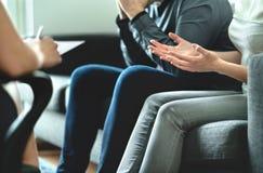 Ilskna par argumenterar i terapi Tvist i förbindelserådgivning Arreststrid, skilsmässa, adoption, underhåll, prenup eller familj royaltyfri foto
