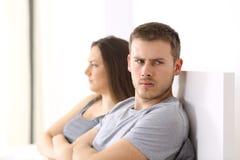 Ilskna par efter argument på sängen royaltyfri bild