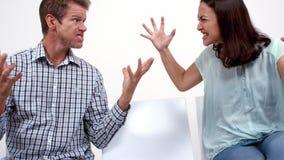 Ilskna par som argumenterar och ropar lager videofilmer