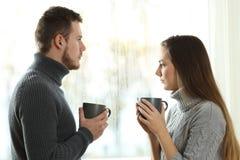 Ilskna par som ser bort efter argument royaltyfri fotografi