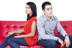 Ilskna par som tillbaka sitter för att dra tillbaka Arkivbilder