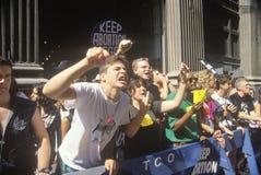 Ilskna personer som protesterar som skanderar på pro--valet, samlar, New York City, New York arkivbild