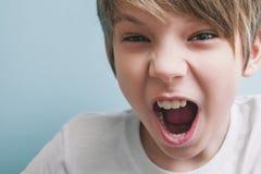 Ilskna pojkeskrin Sinnesrörelsebegrepp fotografering för bildbyråer