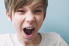 Ilskna pojkeskrin Sinnesrörelsebegrepp arkivbild