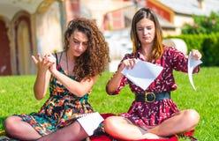 Ilskna studenter som upp river läroböcker arkivbild