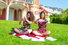 Ilskna studenter som upp river läroböcker royaltyfria foton