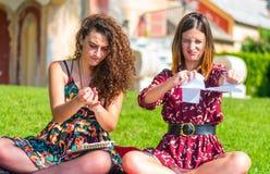 Ilskna studenter som upp river läroböcker royaltyfri fotografi