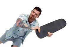 Ilskna tatuerade attacker för en man royaltyfri foto