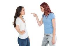 Ilskna unga kvinnliga vänner som har ett argument royaltyfria bilder