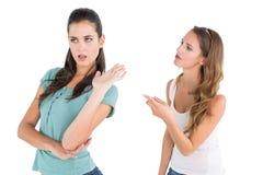 Ilskna unga kvinnliga vänner som har ett argument arkivfoton
