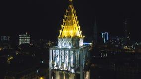 Iluminação bonita da noite da torre de pulso de disparo no quadrado da praça, Batumi, Geórgia filme