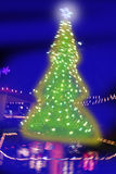 Iluminação borrada noite da árvore de Natal Imagens de Stock Royalty Free