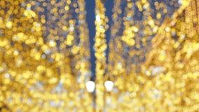 Iluminação brilhante da rua do Natal A cidade é decorada para o feriado da época de Natal Luzes do ano novo que decoram vídeos de arquivo