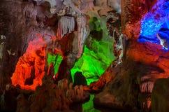 Iluminação colorida na caverna em Vietname imagem de stock