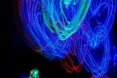 Iluminação colorida no fundo abstrato da escuridão imagens de stock