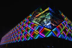 Iluminação conduzida de Œnight do ¼ do wallï da cortina da construção comercial moderna Foto de Stock Royalty Free