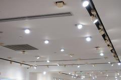 Iluminação conduzida do ponto do teto no telhado moderno de construção moderno da arquitetura foto de stock royalty free